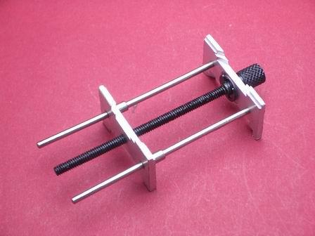 Sehr langer Werk- und Zifferblatthalte-Werkzeug aus Aluminium zur beidseitigen Verwendbarkeit geeignet. Komplette Länge ca. 8 cm